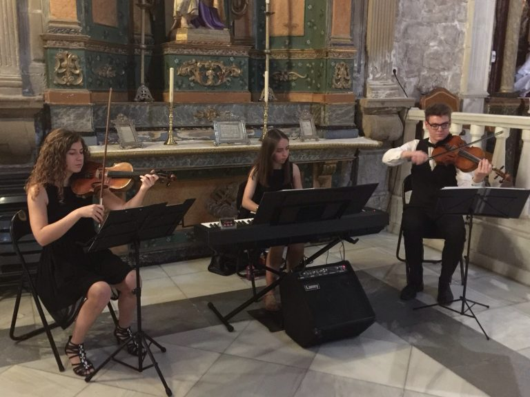 Trestacato y su música en una ceremonia religiosa en Torreperogil